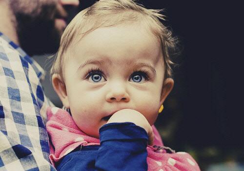 사시는 물체가 두개로 보이는 복시를 초래하고 뇌는 이를 피하기 위해 많이 사용하는 눈의 시력은 정상적으로 발달시키지만 반대편 눈의 기능은 억제해 시력감퇴를 초래하기 쉽다.