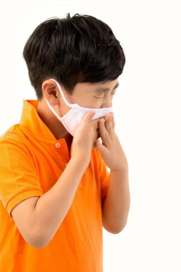소아폐렴은 감기와 달리 숨을 들이마실 때 가슴오목뼈 아래 또는 갈비뼈 사이로 가슴이 들어가는 흉곽함몰이 동반될 수 있다