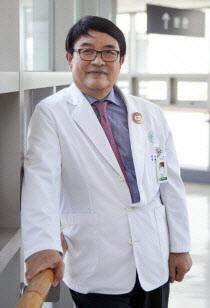 """백남선 이대여성암병원장은 """"환자가 의사를 믿고 갈 수 있도록 의료진은 실력을 먼저 갖추고 자신을 찾아준 환자에게 늘 고마운 마음을 가져야한다""""고 강조했다."""