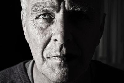 망막동맥폐쇄는 응급 안과질환으로 통증 없이 먹구름이 낀 것처럼 눈 앞이 갑자기 깜깜해지는 심한 시력저하가 동반된다.