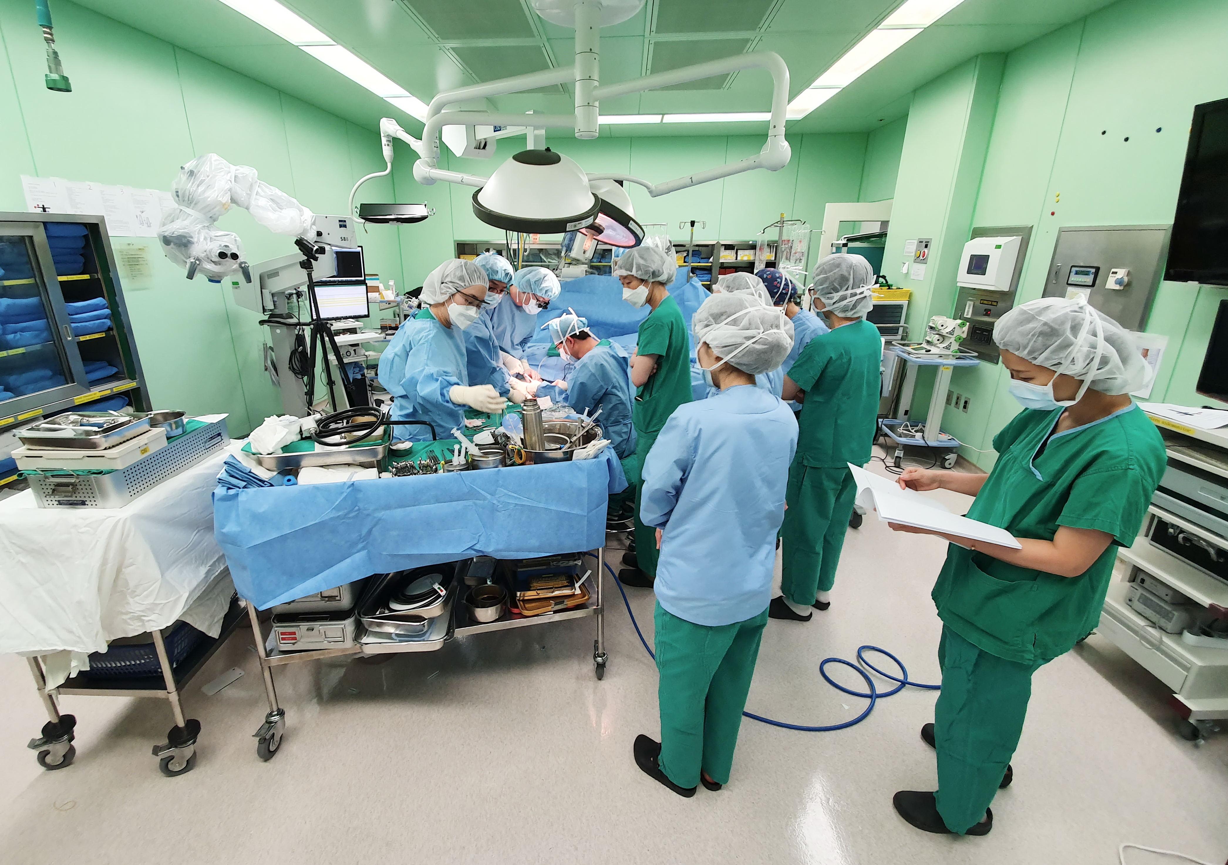 세브란스병원은 손·팔 이식의 법적 허용 이후 처음으로 팔 이식 수술에 성공했다.